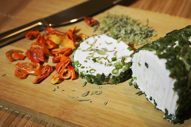 sýr s bylinkami