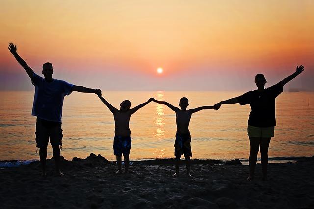 rodina a západ slunce.jpg