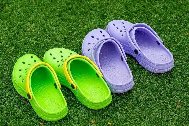 kroksy na trávě