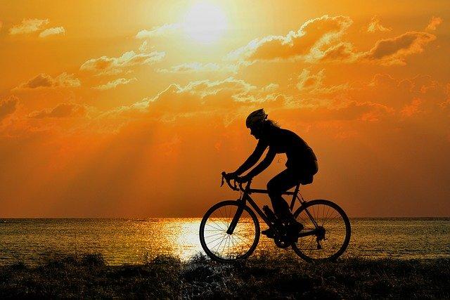cyklistka u vody