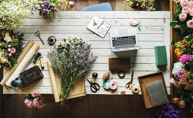 stůl na vázání květin